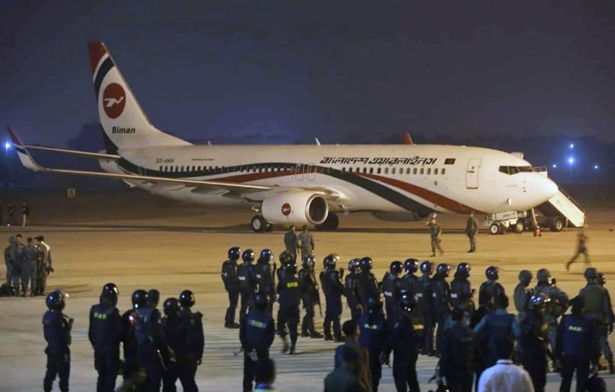 Kaappausyrityksen kohteeksi joutunut matkustajakone Chittagongin lentokentällä.