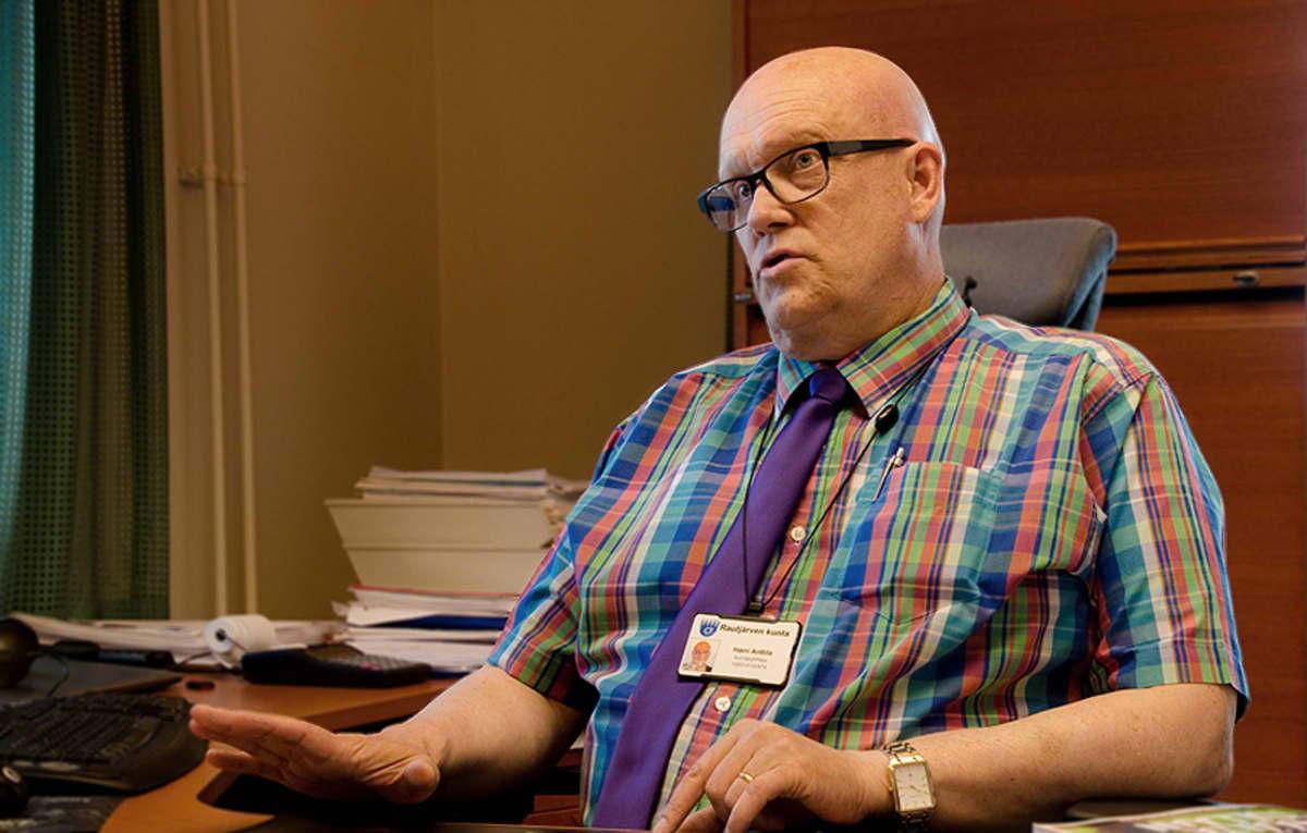 Harri Anttila työpöytänsä ääressä.