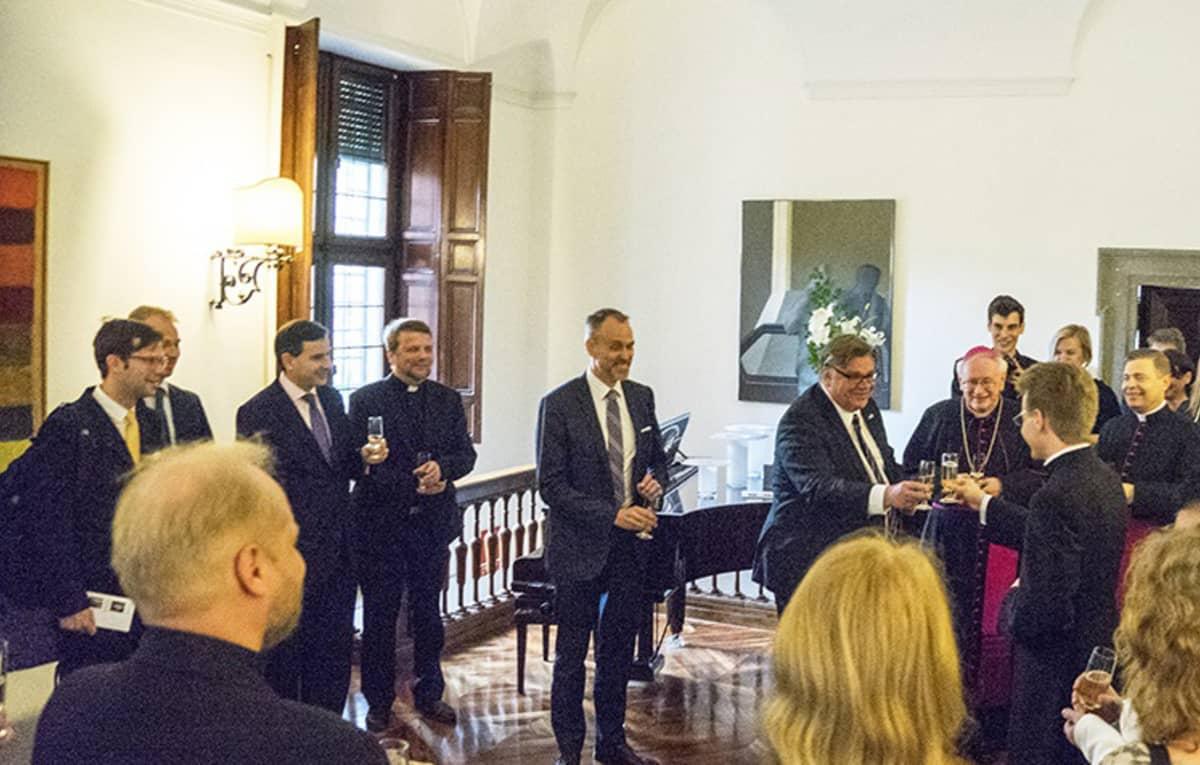 Suomen Rooman-suurlähettiläs Janne Taalas isännöi vastaanottoa Juurikkalan pappisvihkimyksen kunniaksi sunnuntaina 24. huhtikuuta