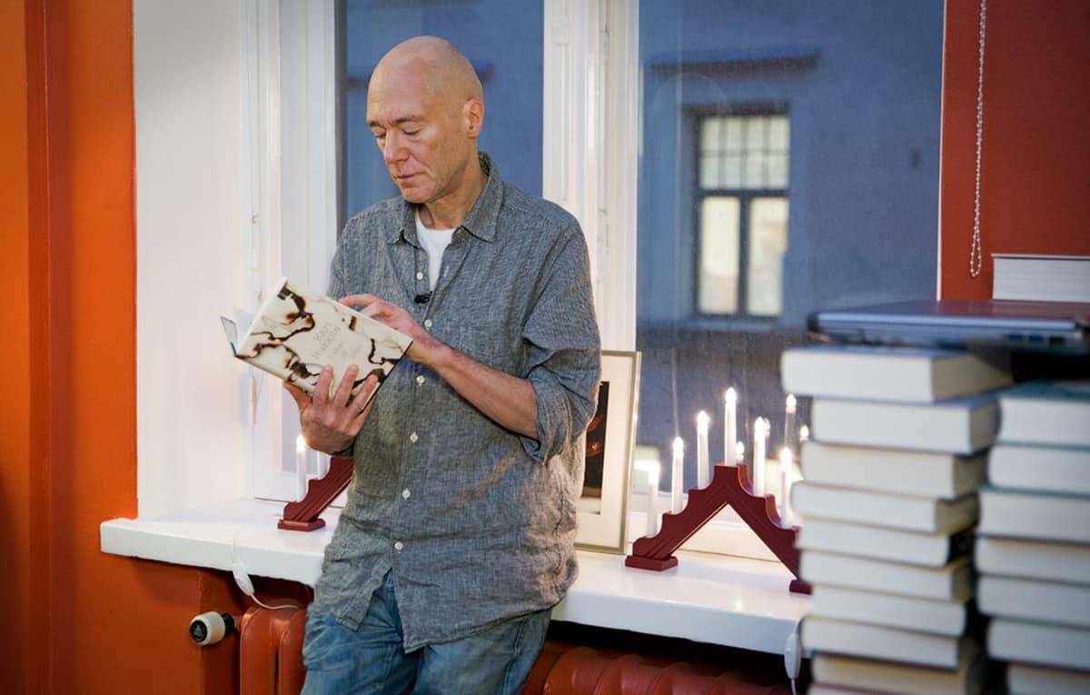 Kirjailija Kari Hukkila on seurannut maahanmuuttoa 1990-luvun alusta asti.