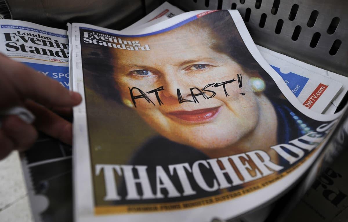 """Lehti, jonka kannessa kerrotaan Thatcherin kuolleen. Kanteen on kirjoitettu tussilla """"viimein""""."""