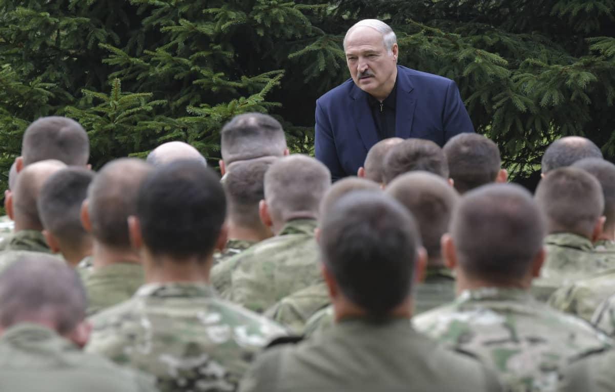 Valko-Venäjän presidentti Aljaksandr Lukašenka puhui maansa turvallisuusjoukoille Minskissä 21. elokuuta 2020.