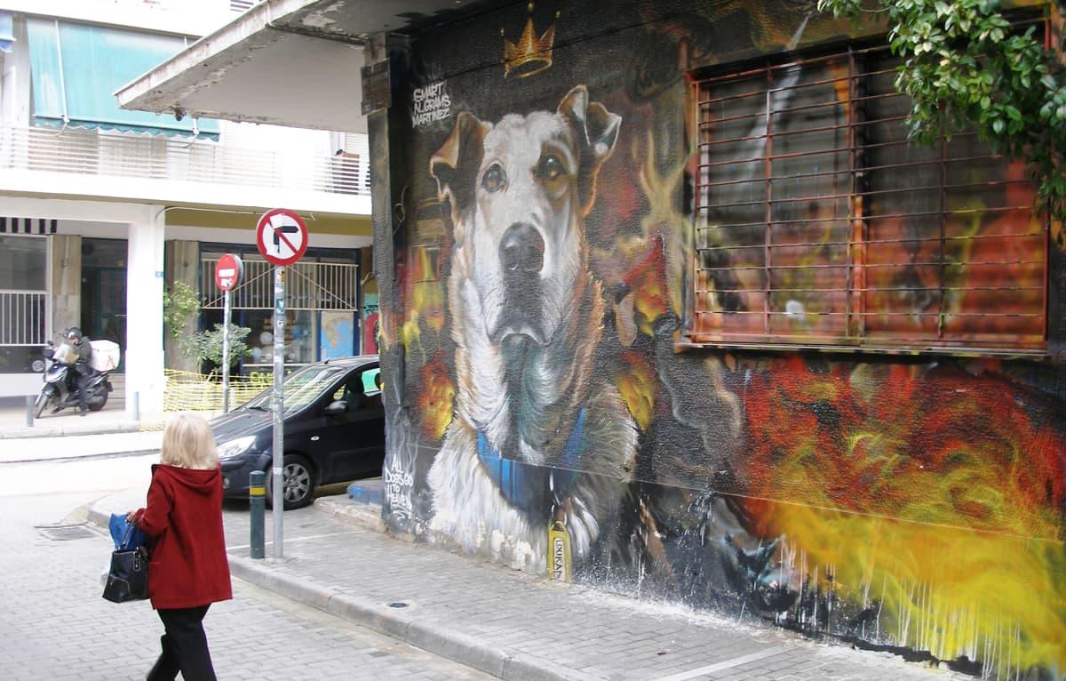 Kreikan kuuluisinta mielenosoituksiin osallistunutta koiraa kuvaava graffiti on Psirrin kaupunginosassa.