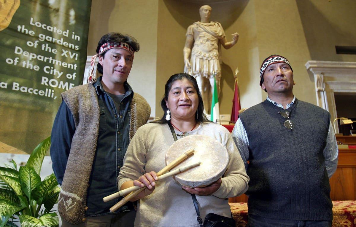 Mapuche-intiaanit Mauro Millon (vas.), Rosa Sara Rua Nahuelquir ja Atilio Curinanco kuvattuna Roomassa World Summit of Nobel Peace Laureates -tapahtumassa 10. marraskuuta 2004.