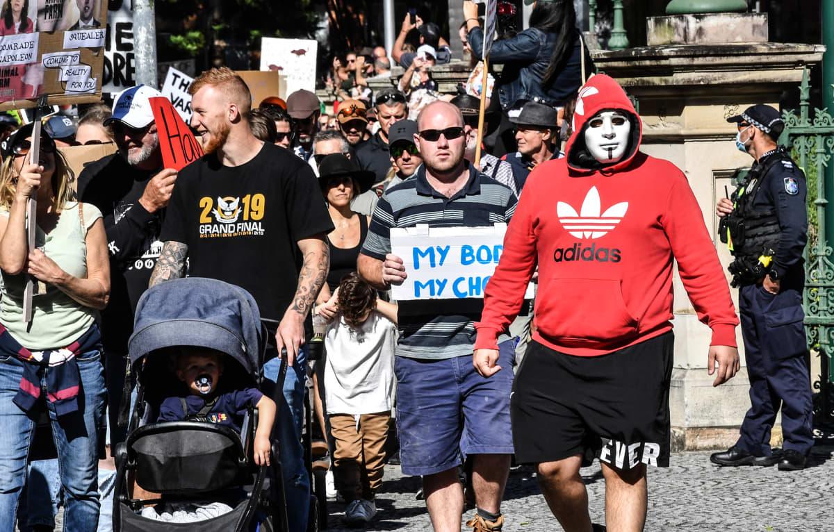 Koronarajoituksia vastustavia mielenosoittajia Brisbanessa.