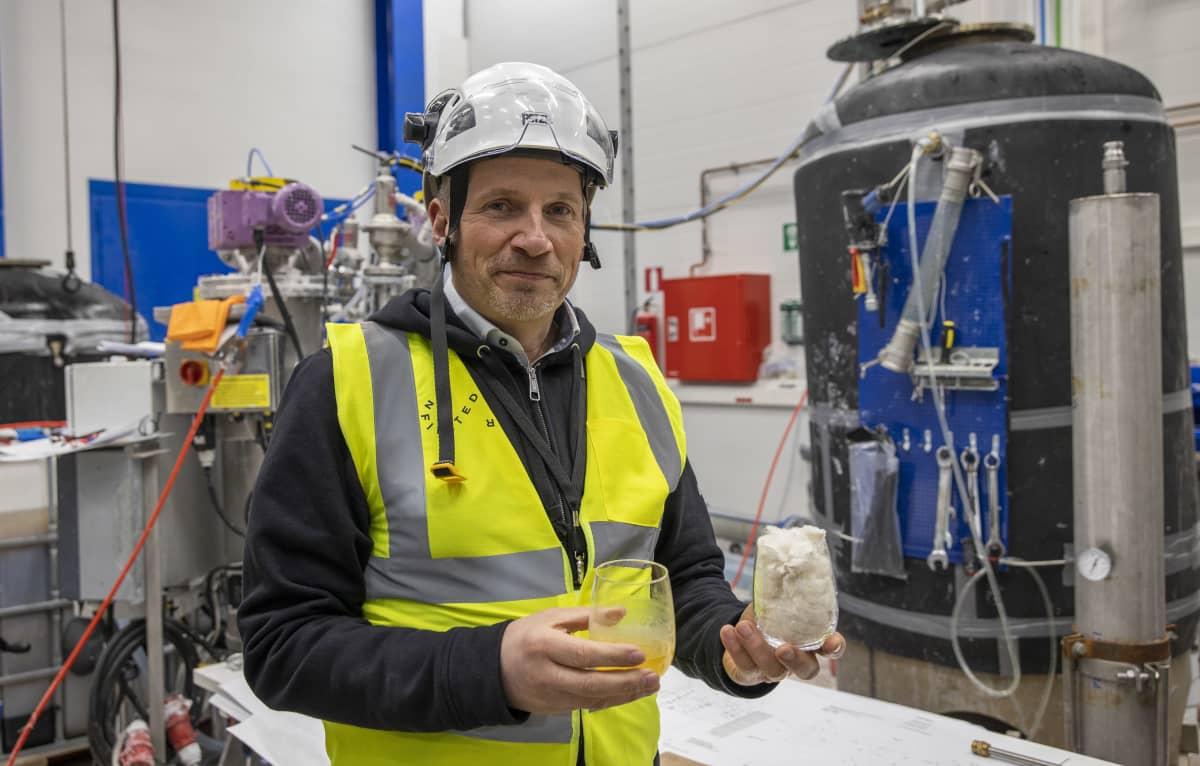 Toimitusjohtaja Petri Alava käsissään tekstiilijätteestä valmistettua uutta vastaavaa kuitua