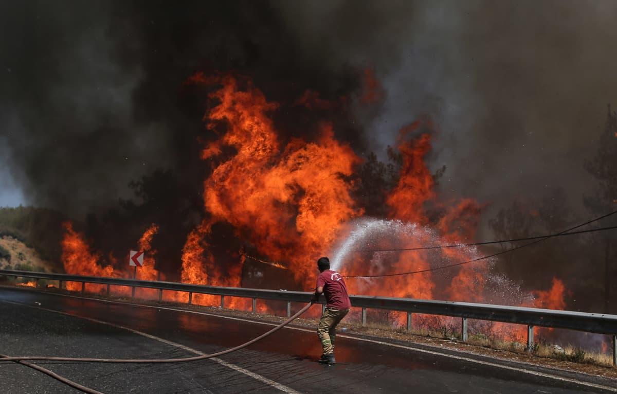 Palomies sammutti valtavaa maastopaloa Marmariksessa Turkissa 1. elokuuta.