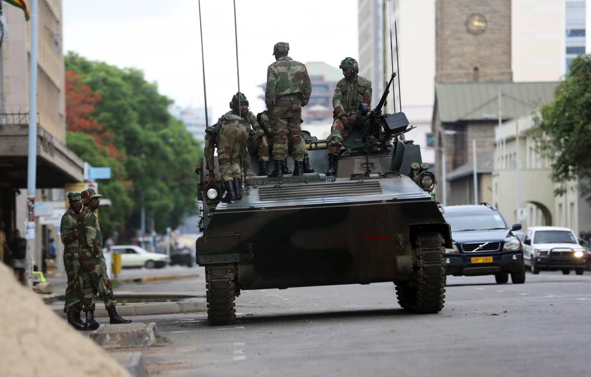 Armeijan joukot valvovat katuja Zimbabwen pääkaupungissa Hararessa.