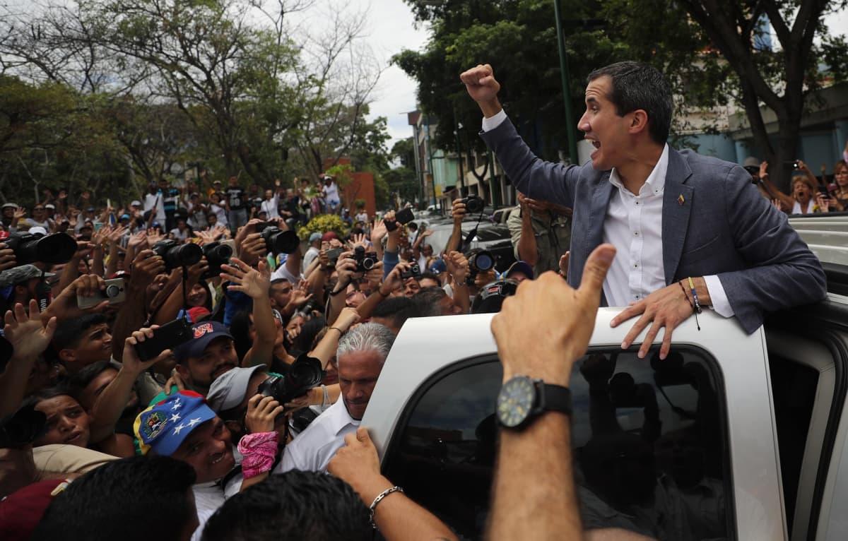 Oppositiojohtaja Juan Guaidó ja mielenosoittajajoukko.