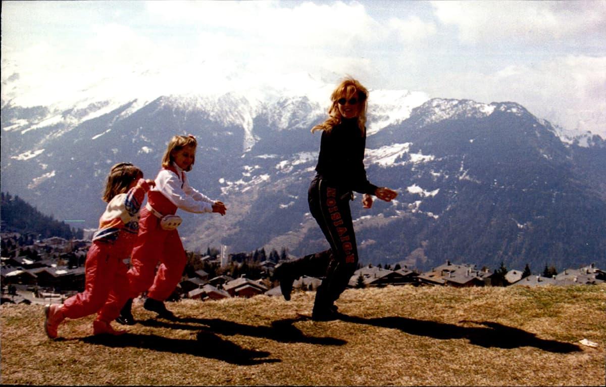 Sarah Ferguson juoksee lapsiensa kanssa alppimaisemassa.