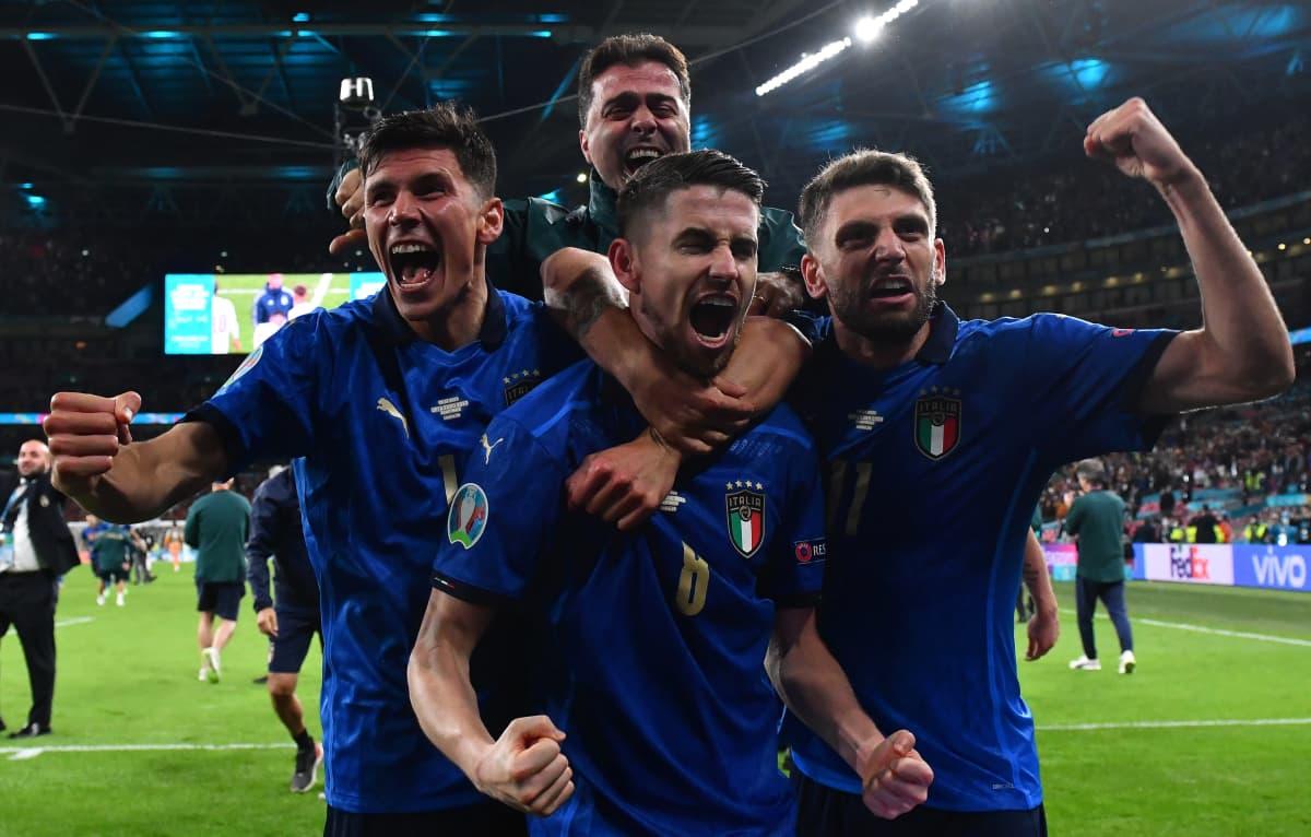 Italian pelaajat juhlivat EM-finaalipaikkaa.