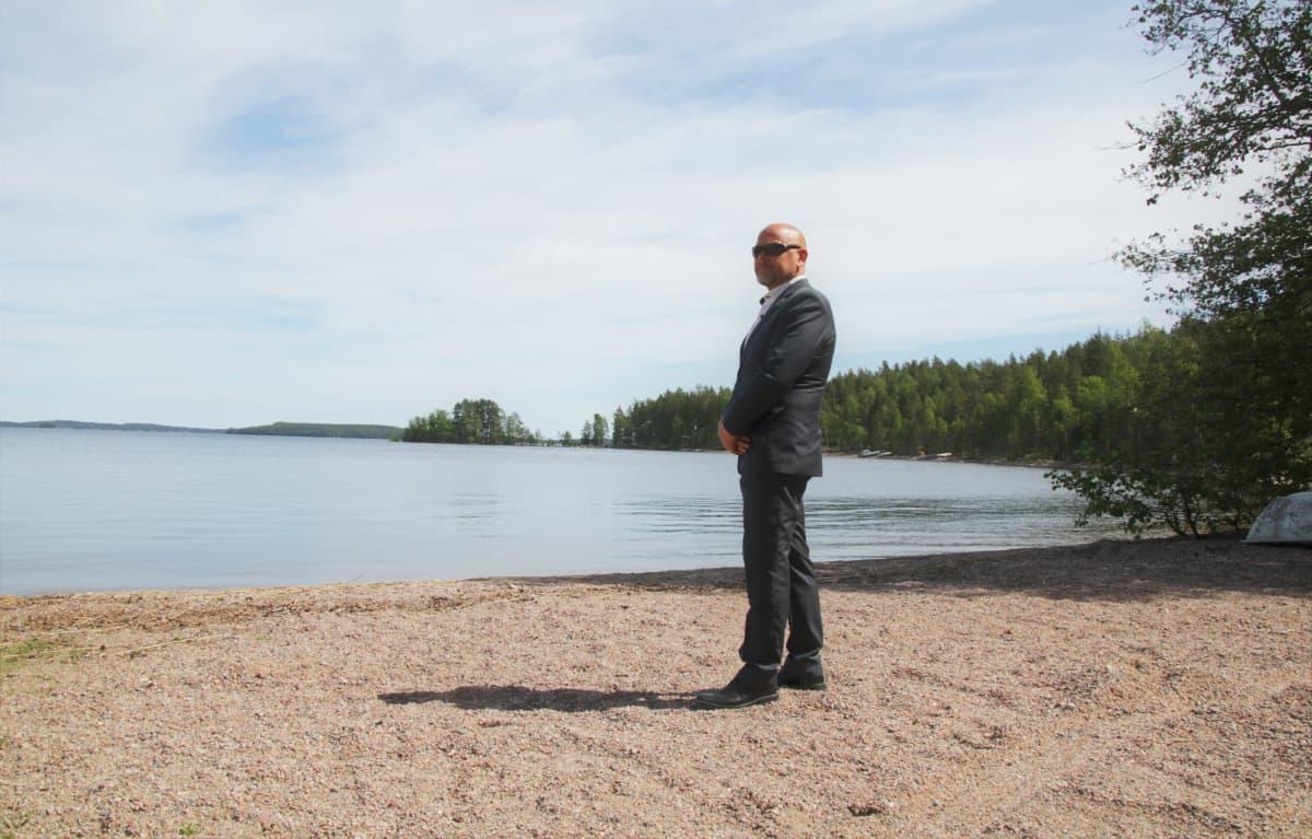 Mikko Wiiala Taipalsaaren ampuma-alueen rannalla