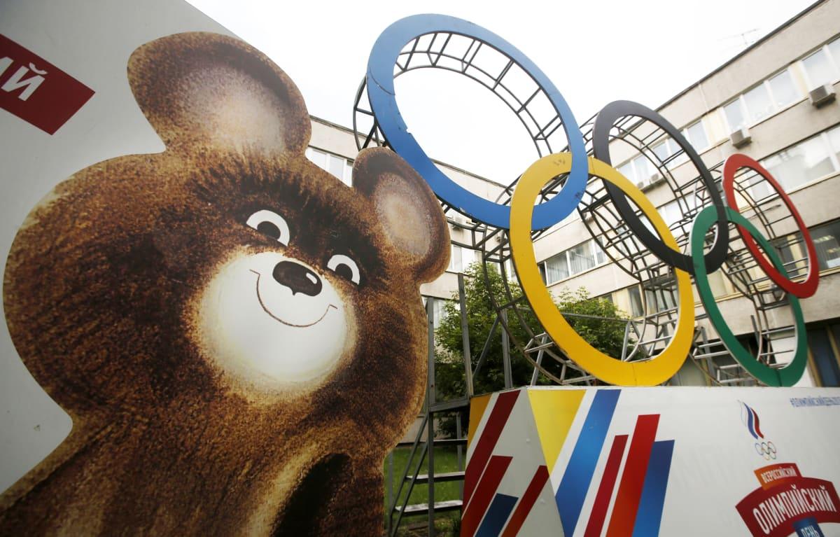 Maskoten för de olympiska spelen i Moskva och de olympiska ringarna.