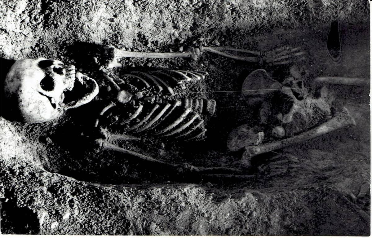 Etelä-Puolassa sijaitsevasta luolasta löytynyt tytön luuranko.