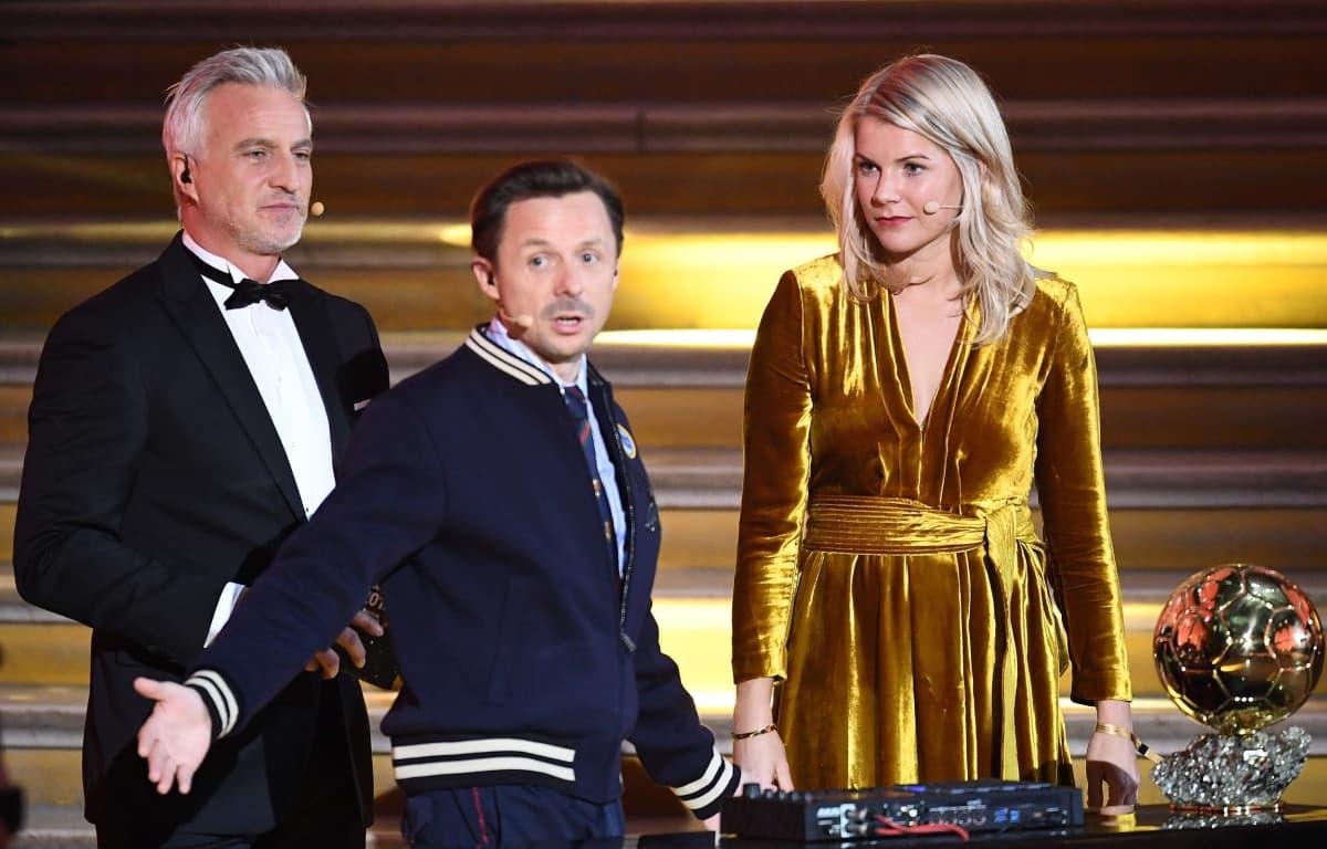 Kultaisen pallon ensimmäisenä naisena maailmassa voittanut norjalainen Ada Hegeberg DJ Martin Solveigin haastattelussa lavalla.