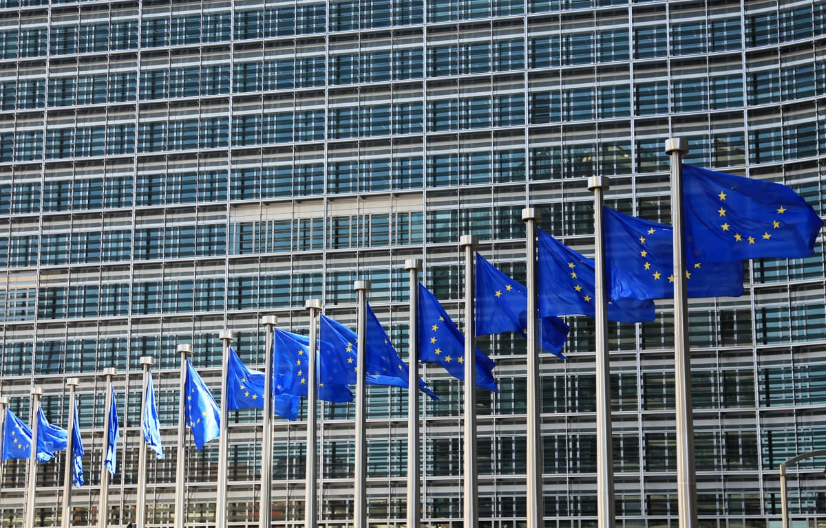 EU:n lippuja komission päämajan edustalla Brysselissä.