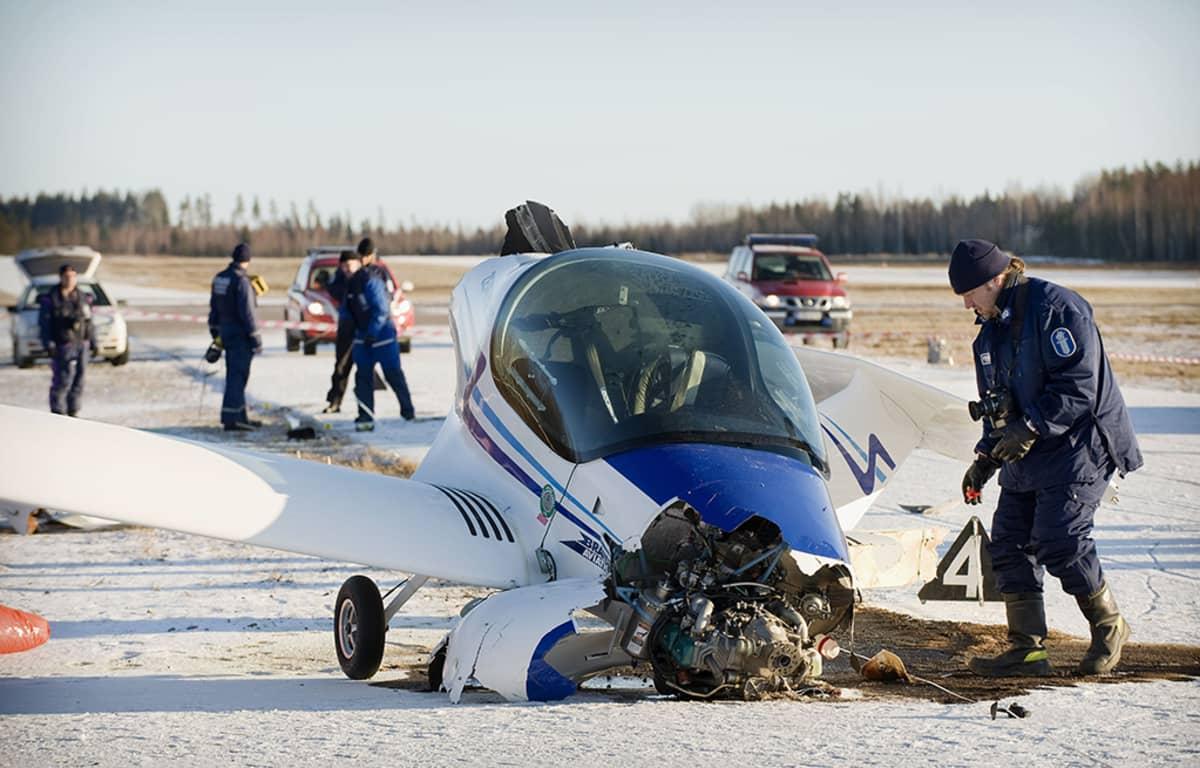 Ultrakevyt lentokone vaurioitunut laskussa.