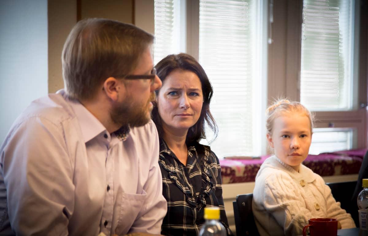 A J Annila, Sidse Babett Knudsen ja Eedit Patrakka Ikitien lehdistötilaisuudessa