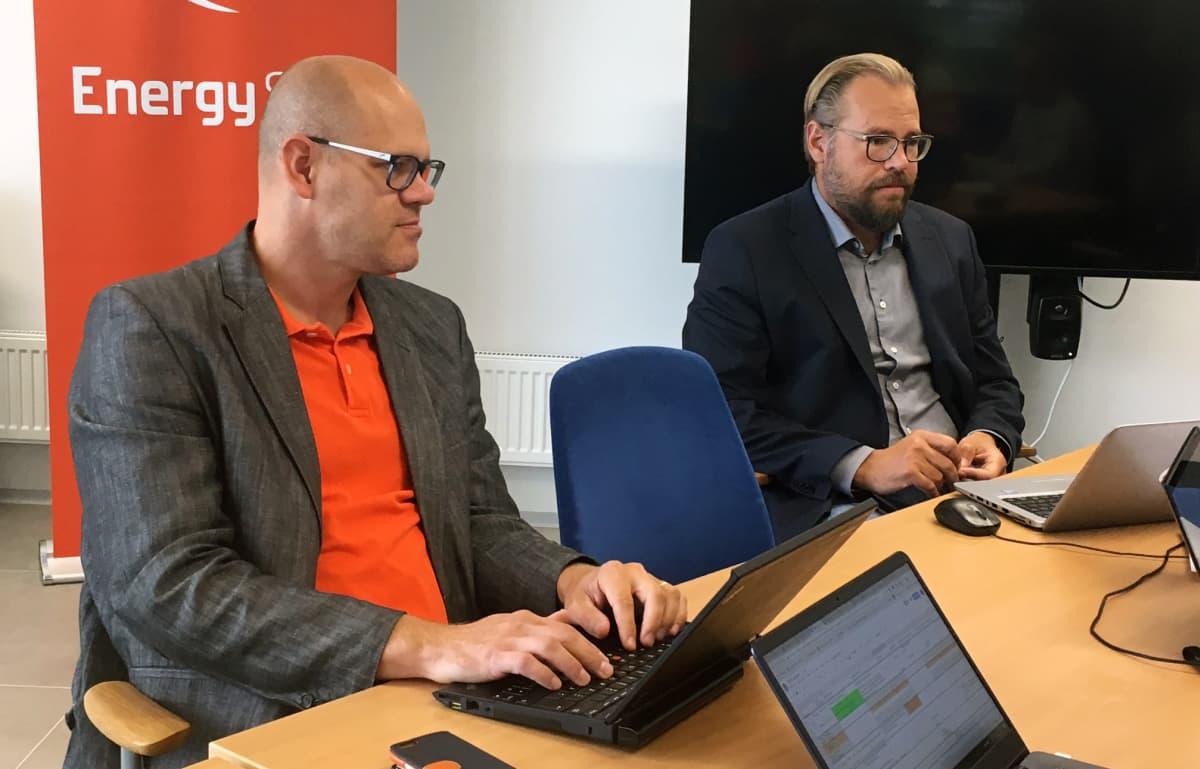 Marko Koski ja Marko Kuokkanen istuvat pöydän äärellä keskustelemassa