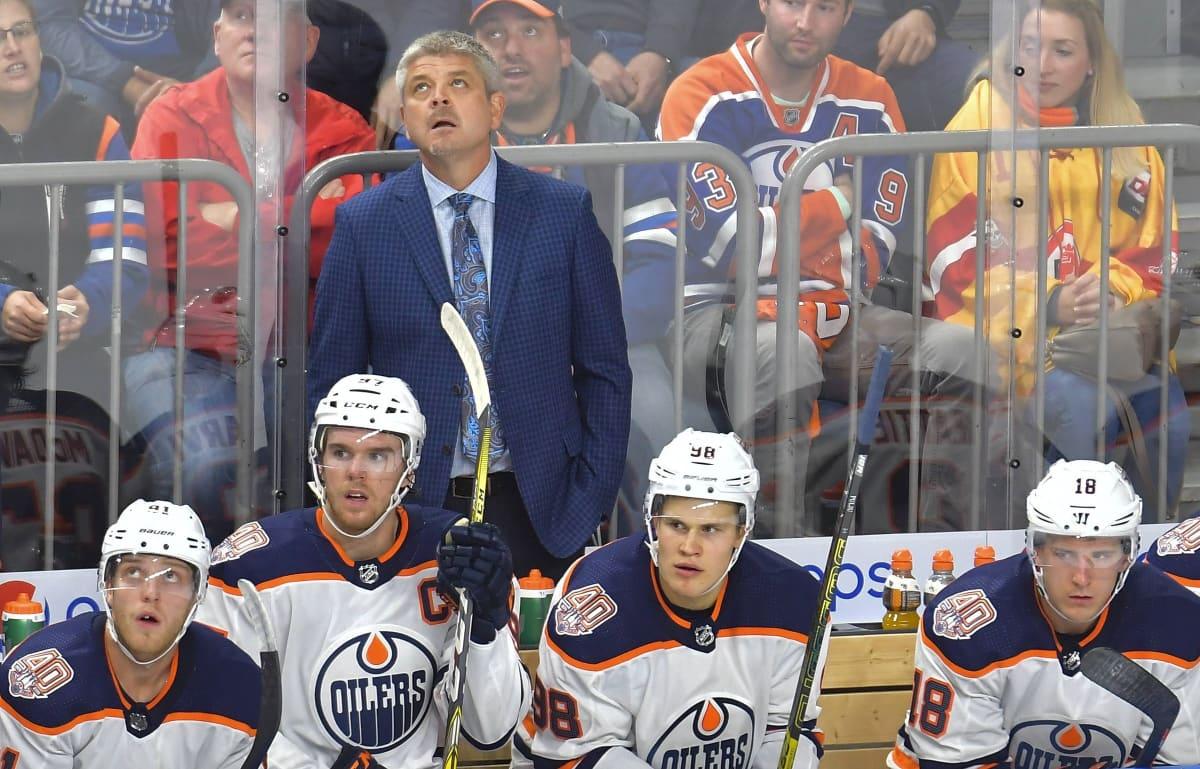 Kuvassa Edmontonin valmentaja Todd McLellan sekä mm. Connor McDavid ja Jesse Puljujärvi