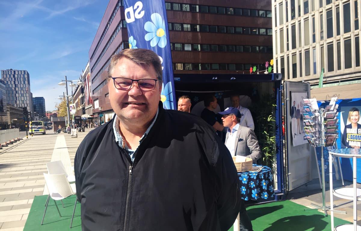 Peter Lundgren Ruotsidemokraattien vaalikojulla Sergelin torilla Tukholmassa.