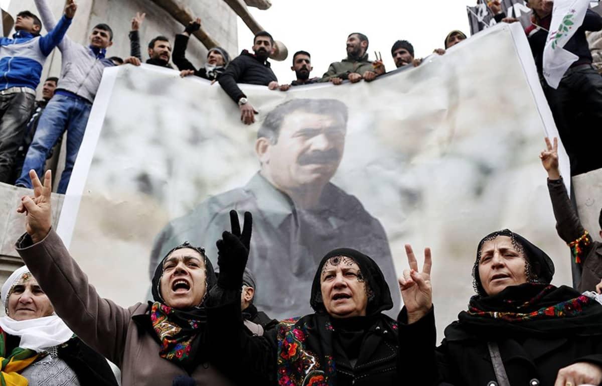 Kurdien työväenpuolueen (PKK) kannattajat osoittivat mieltään 16 vuotta vankilassa istuneen Abdullah Öcalanin huonoja vankilaoloja vastaan 15. helmikuuta.