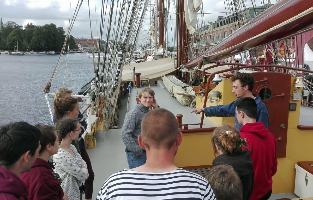 nuoria laivan kannella