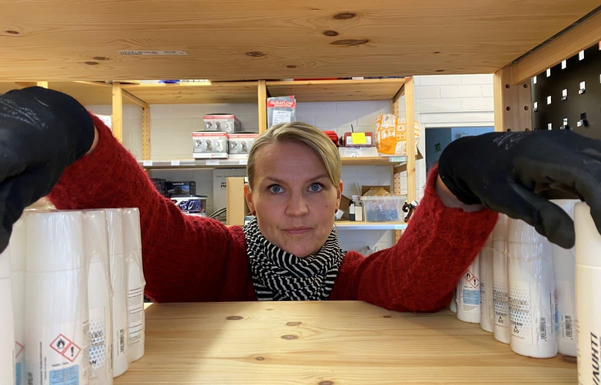 Johanna Purhonen pyörittää miehensä kanssa verkkokauppaa Juvalla..