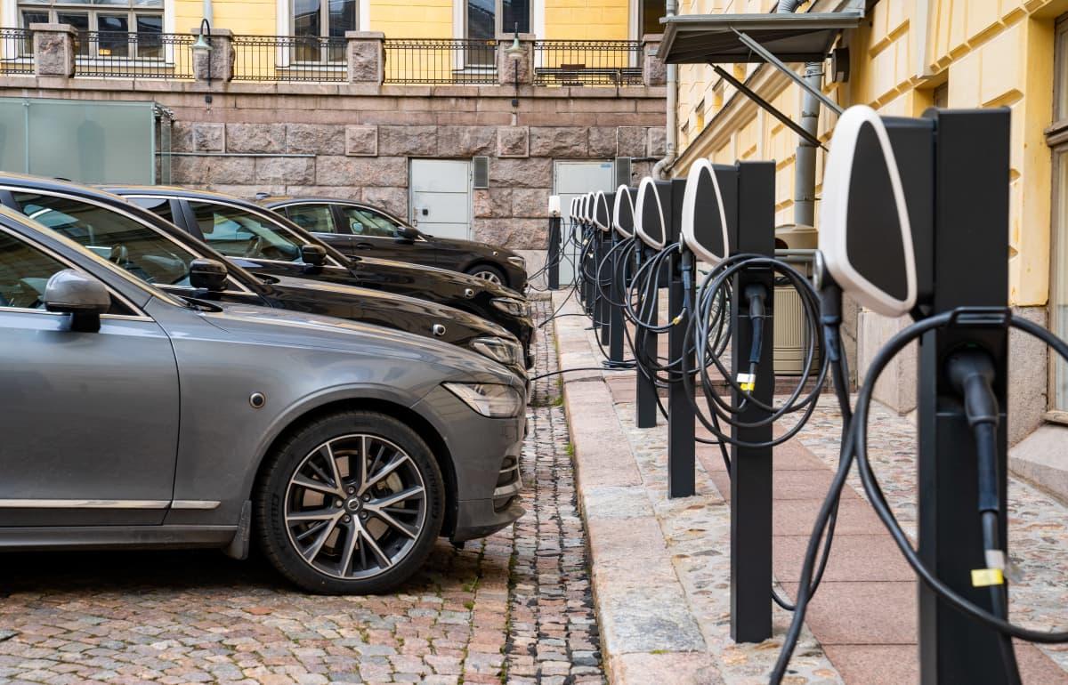yleiskuva - hybridikäyttöisiä virka-autoja Valtioneuvoston sisäpihalla