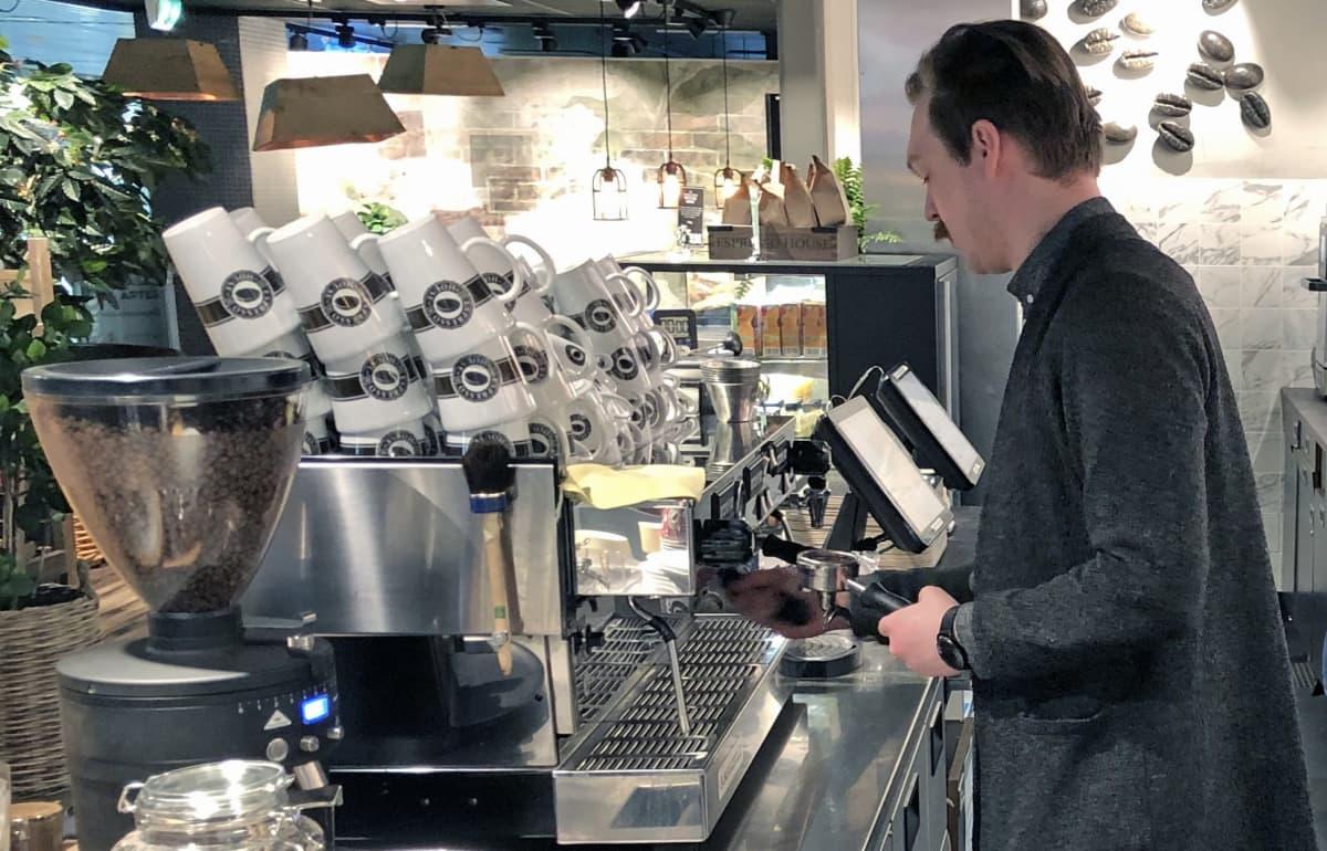 Linus Tuomenvirta töissä kahvilassa