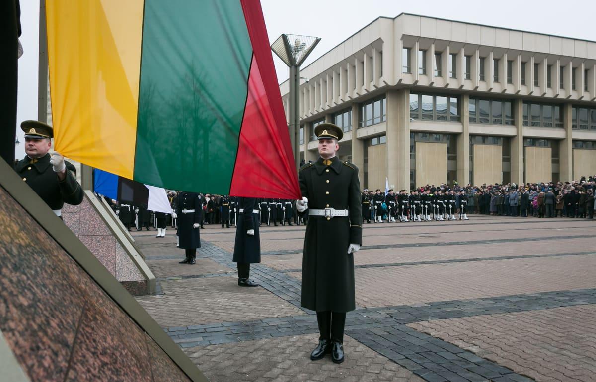 Liettuan lippua nostetaan salkoon.