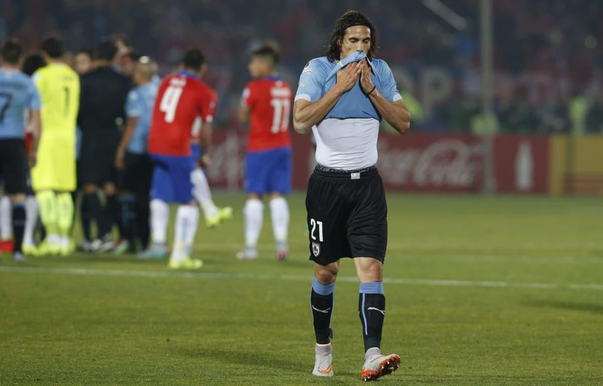 Uruguayn Edinson Cavani jättää kentän saatuaan toisen keltaisen kortin ottelussa Chileä vastaan.