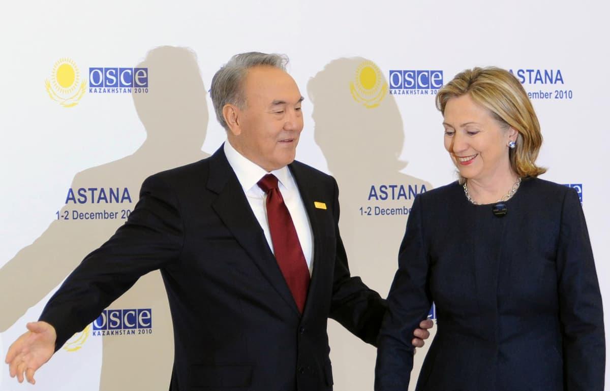 Nursultan Nazarbayev ja Hillary Clinton.