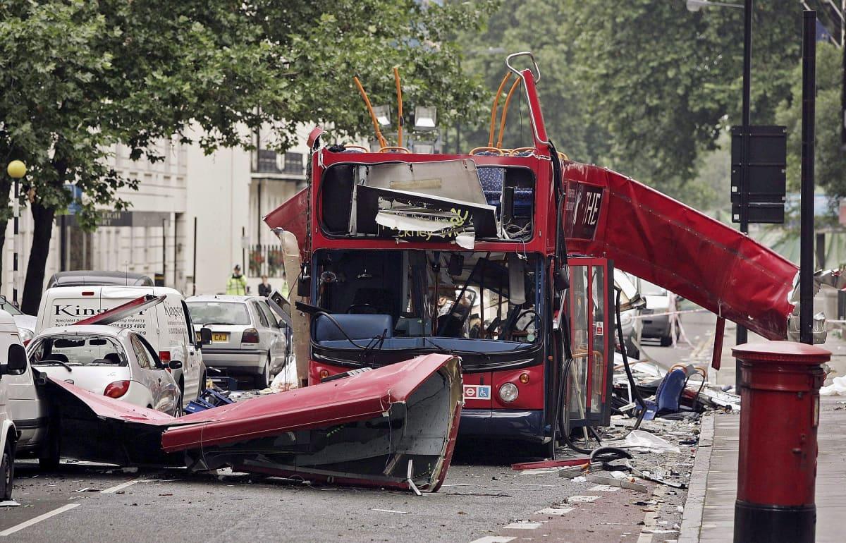 Lontoon pommi-iskussa tuhoutunut bussi.