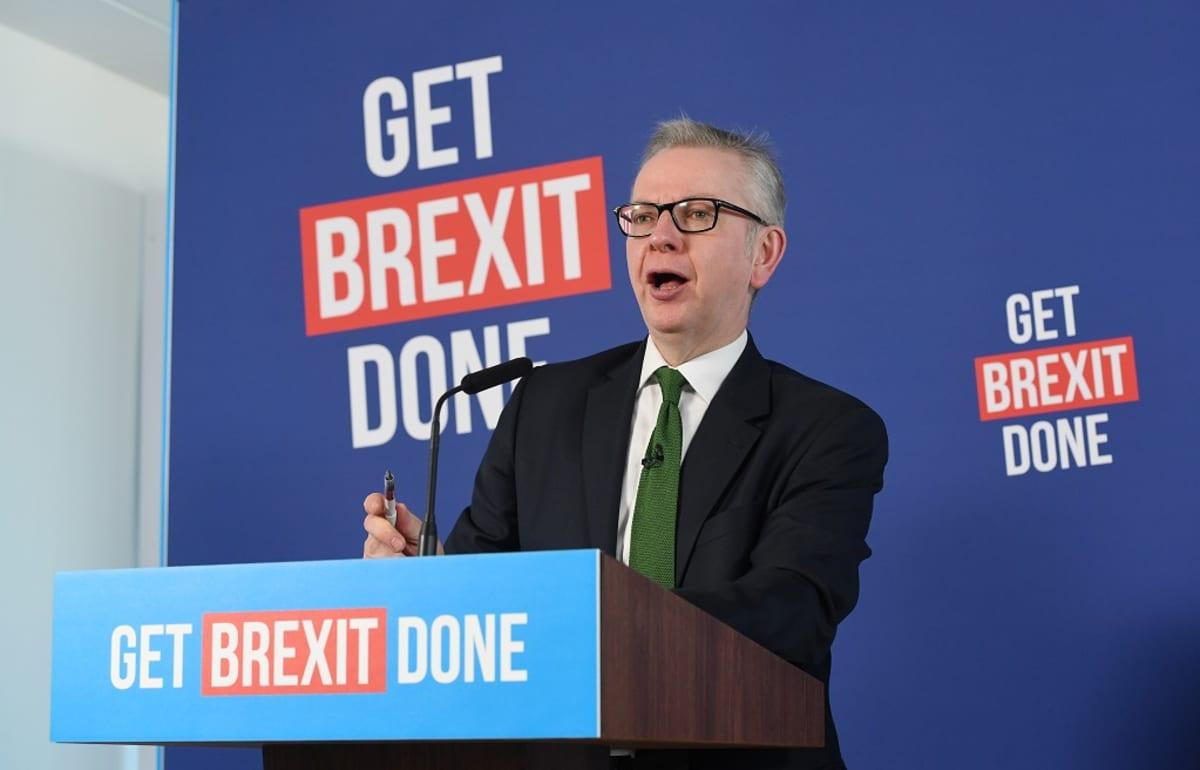 Goven taustalla slogan: Get brexit done.