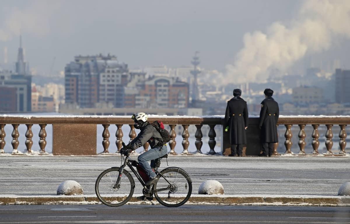 Pyöräilijä polki Moskovassa -13 asteen talvipäivänä joulukuussa 2016.