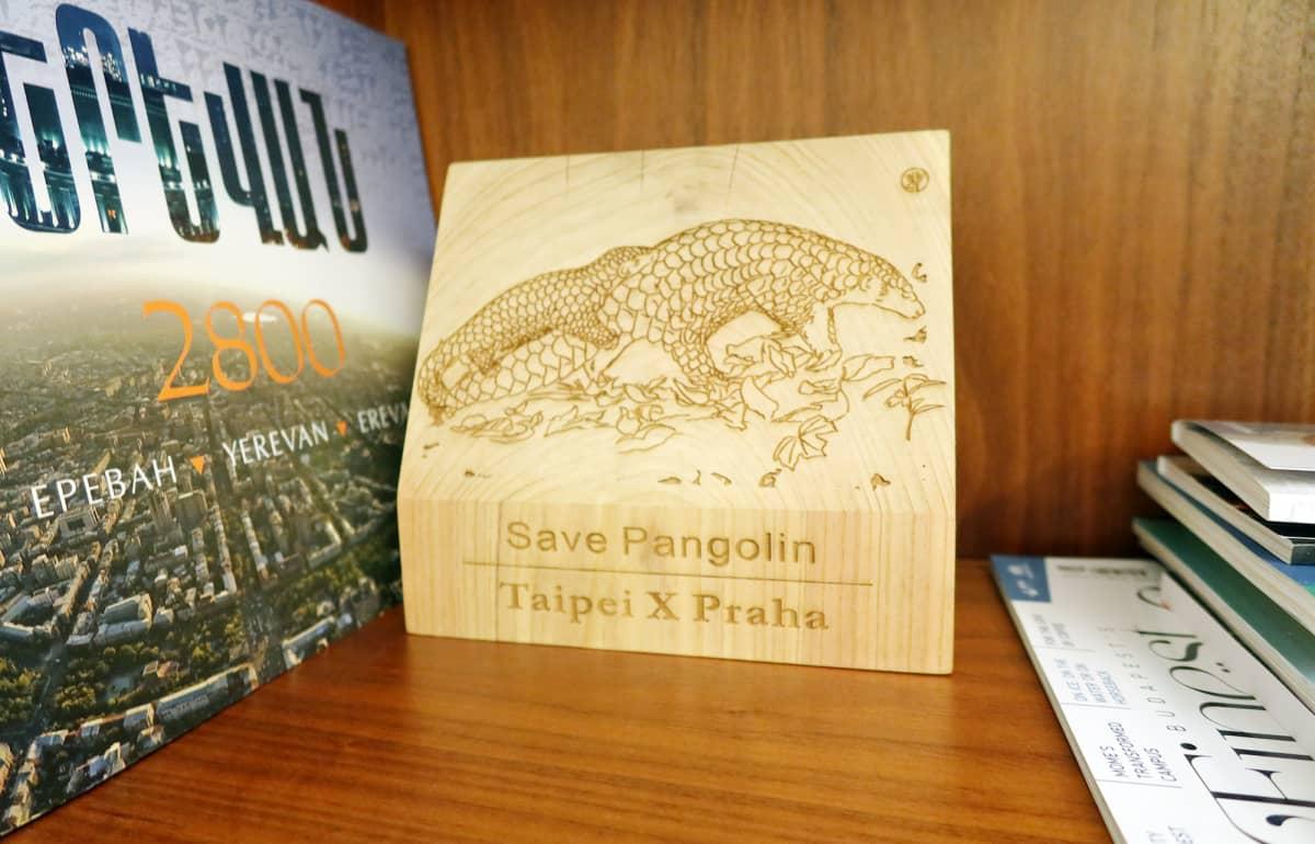 Zdeněk Hřibin toimistossa on Taiwanista saatu, muurahaiskäpyä esittävä puinen taulu. Pormestari toivoo pandojen sijaan muurahaiskäpyjä Prahan eläintarhaan.