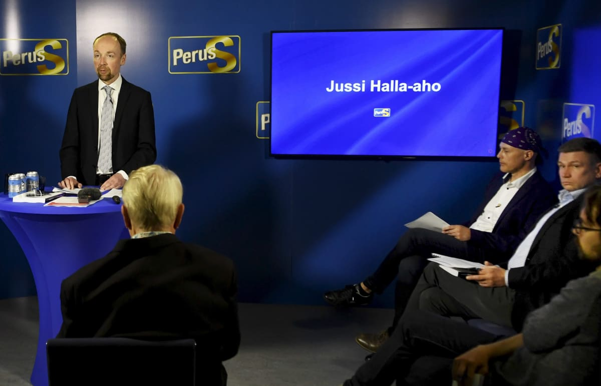 Jussi Halla-aho puhui perussuomalaisten tilaisuudessa maananantaina. Jukka Hankamäki istui vieressä.