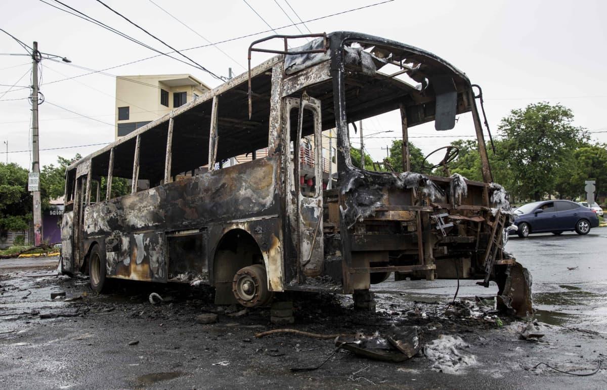 Poltettu linja-auto Managuassa Nicaraguassa.