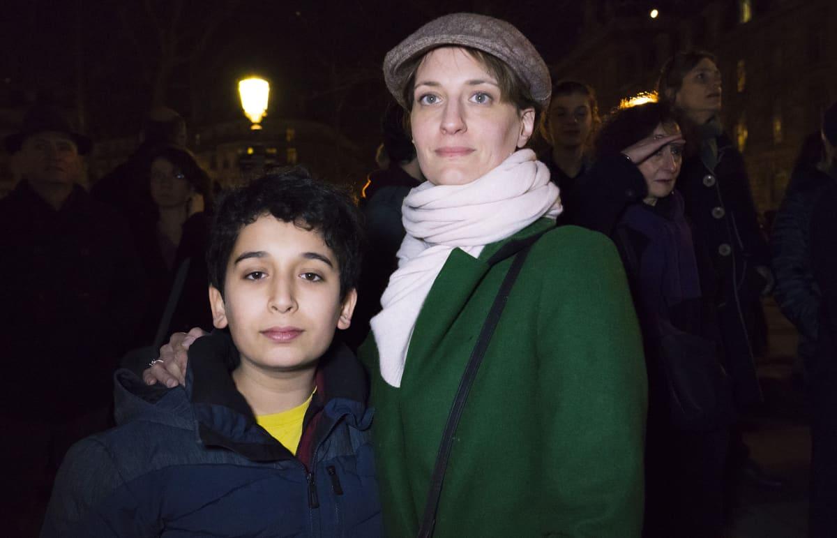 Kim tuli paikalle poikansa Noen kanssa. He kertoivat viime aikojen tapahtumien pelottavan.
