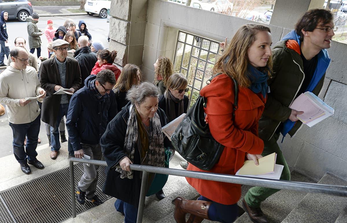 Ihmiset jonottavat äänestyspaikalle.