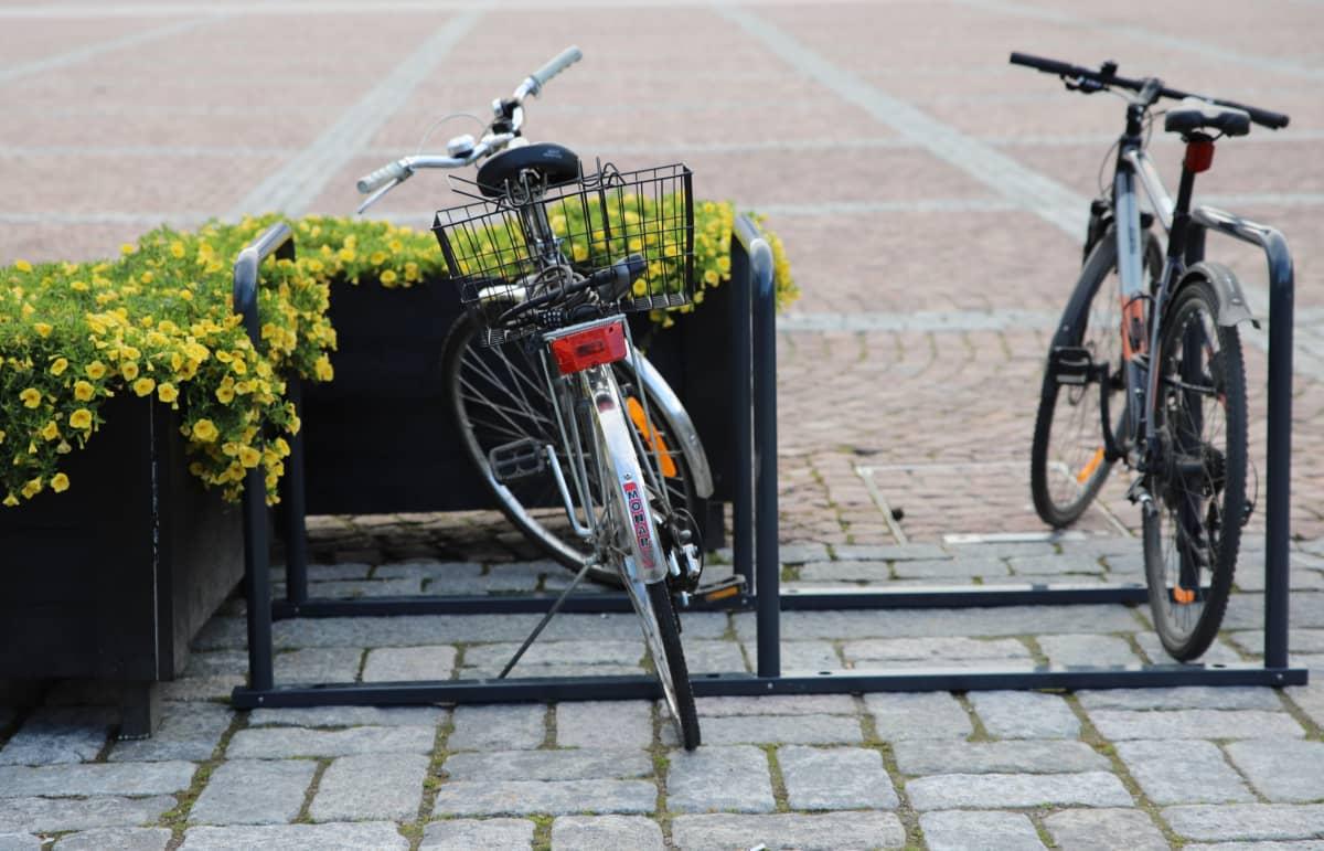 Polkupyörät telineissä Lahden torilla
