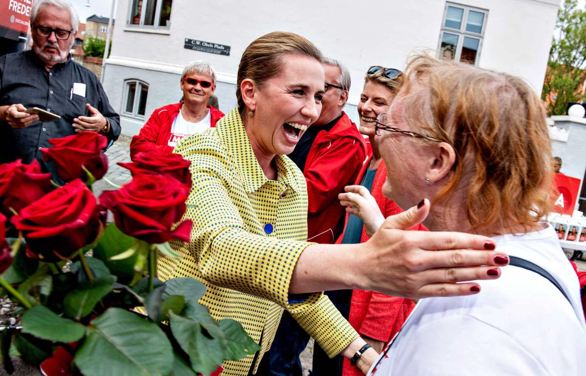 Mette Frederiksen jakoi ruusuja kannattajilleen Aalborgissa keskiviikkona 5. kesäkuuta.