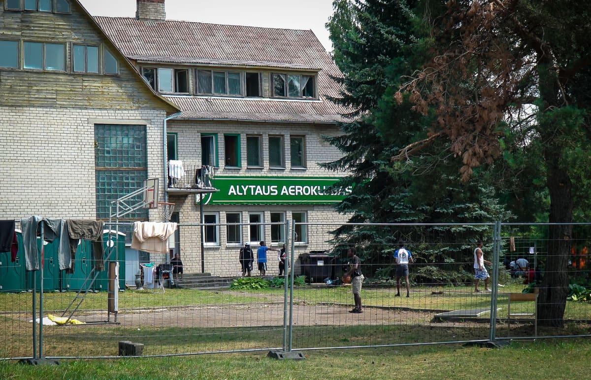 Yksi monista tilapäisistä vastaanottokeskuksista sijaitsee ilmailukerhon päämajassa Alytauksen kaupungissa. Siellä majoitetaan noin 150 henkilöä.