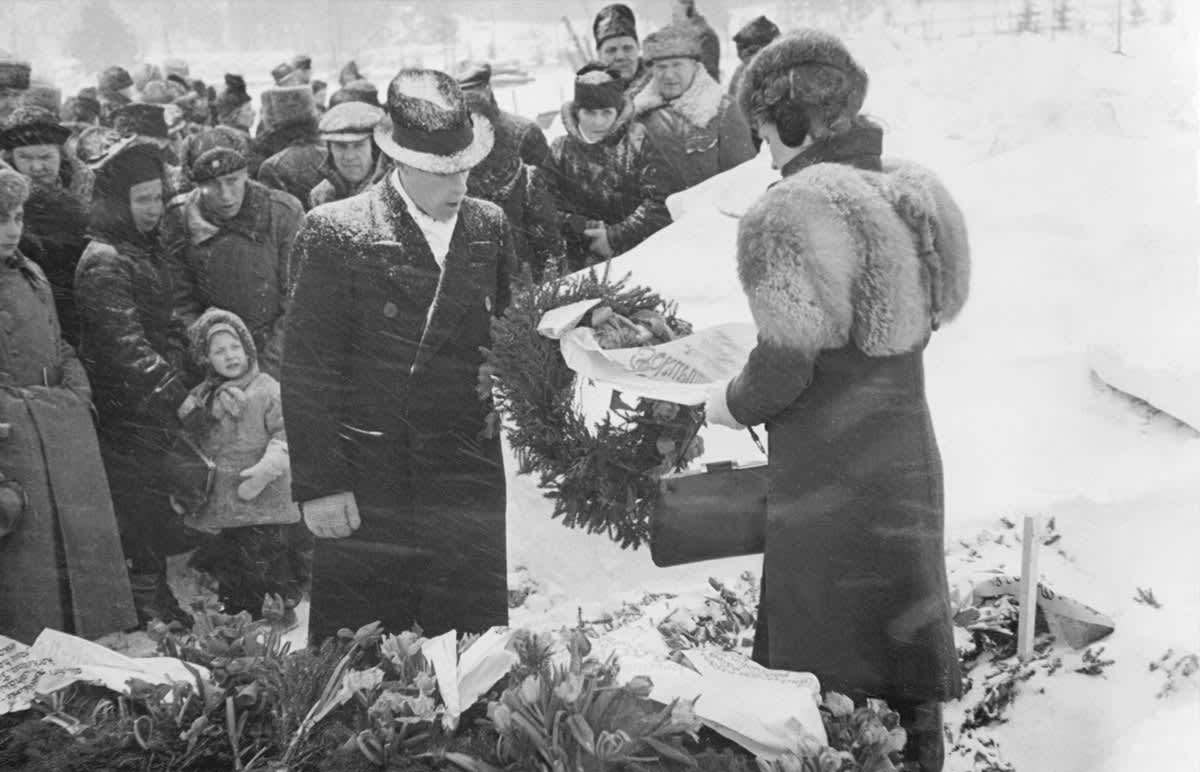 Mustavalkoinen kuva Arndt Pekurisen hautajaistilaisuudesta Malmin hautausmaalla 8.2.1942.