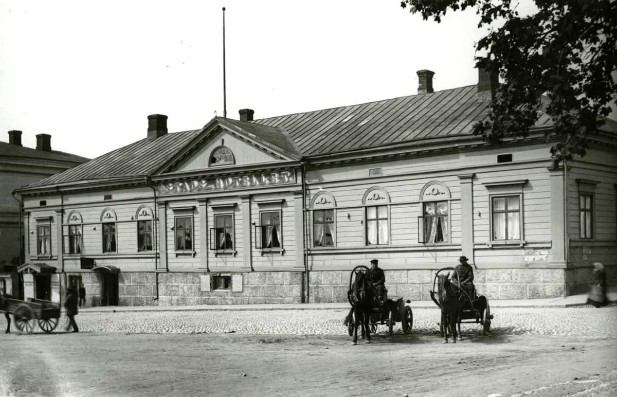 Vanha kuva hotellista
