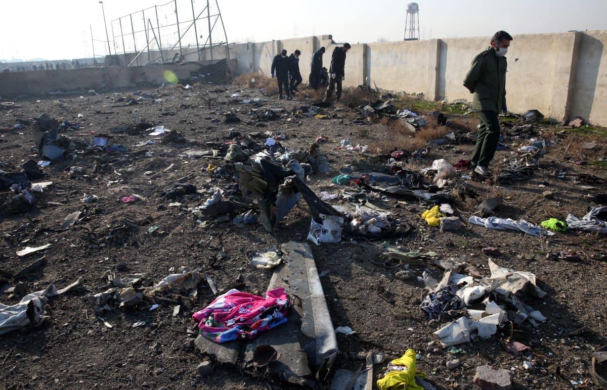 Onnettomuuden jälkiä tutkittiin jo keskiviikkona Khomeinin lentokentokentän tuntumassa Teheranissa.