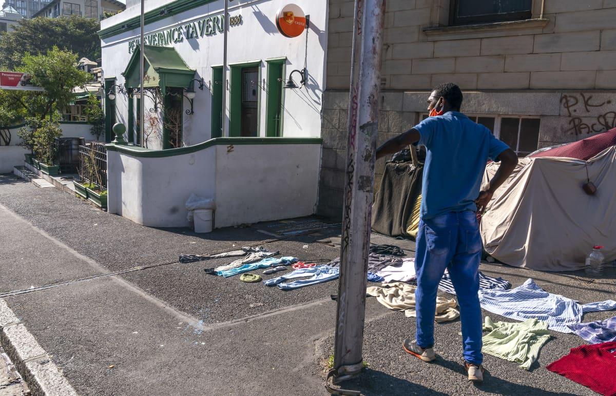 Koditon mies katseli suljettua pubia Etelä-Afrikan Kapkaupungissa 23. heinäkuuta 2020.