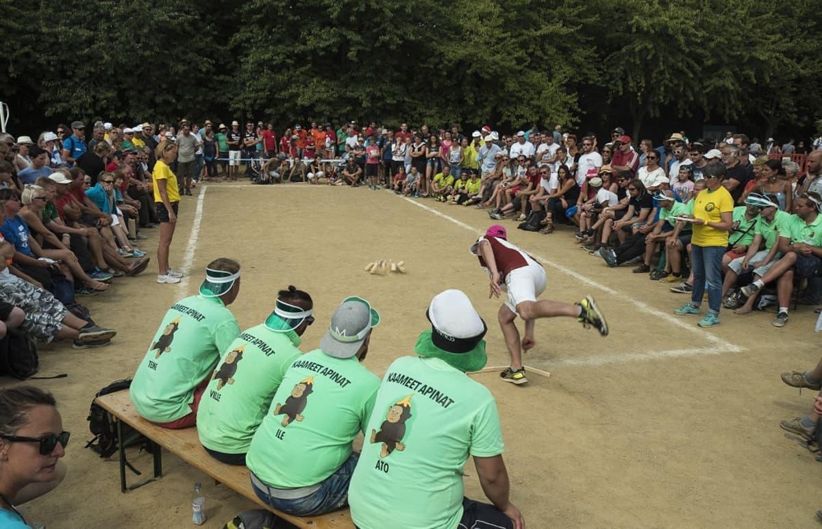 Lahdesta tullut Kaameet Apinat -joukkue mölkyn MM-kisoissa.