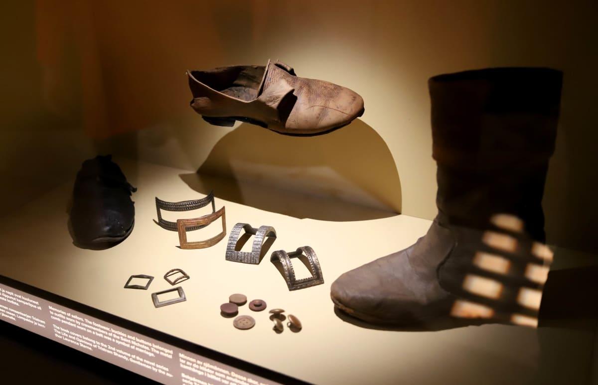 kenkiä ja nappeja Ruotsinsalmen taistelun ajalta